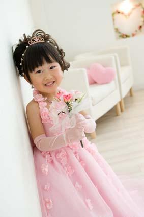 ピンクのドレスにピンクのハート型クッション。笑顔のさやちゃんかわいい〜