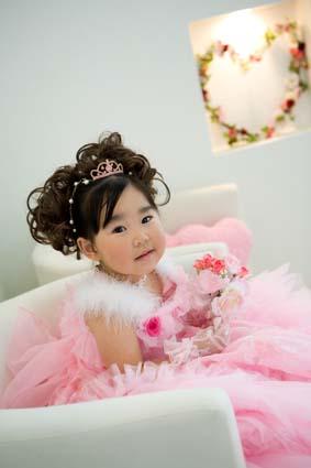 ピンクのドレスにピンクのハート型クッション。とってもお似合いです。