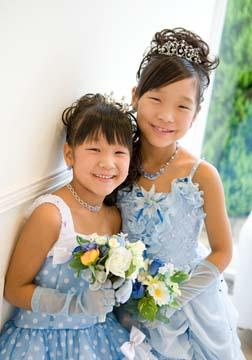 お揃いの水色のドレスで仲良し姉妹のツーショット。