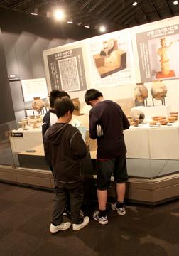 続いて県立博物館。黙々と真面目に見学していました。
