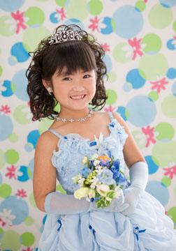 水色のドレスがお似合いで、笑顔もステキです。