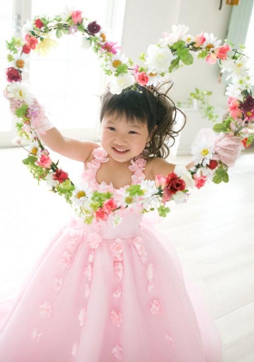 ハート型の花の中からかわいい笑顔がのぞいてます