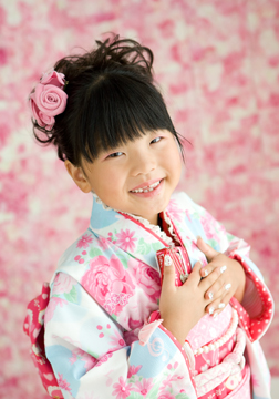 ネールも可愛く、ピンクの花柄バッグでステキな笑顔。