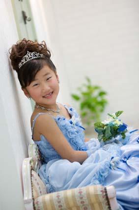 カワイイ笑顔だブー(笑)青いドレスが似合っているブー(笑)