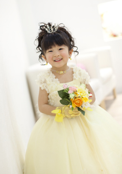 黄色のドレスがとっても似合ってる♡