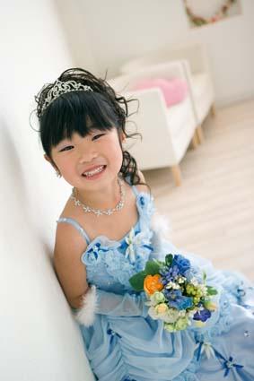 余裕の笑顔。ブルーのドレスがお似合いです。