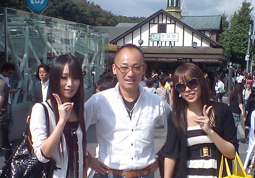 原宿駅をバックに。18歳と20歳の姪といっしょでいい気分です。