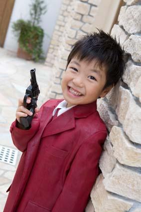 拳銃構えて、かっこいい〜