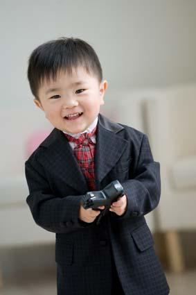 生まれた初めて手にした鉄砲に戸惑いながらも笑顔