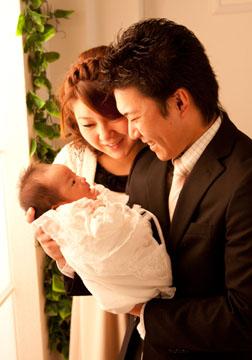 愛しい我が子を見つめる親。たっぷりの愛情を注いでね〜
