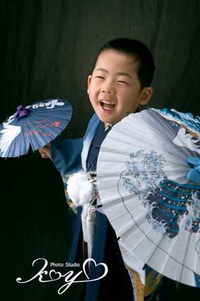 両手に傘!なかなか難しいポーズなんですがこなしてくれました。しかもこの笑顔。