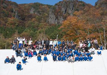 青空に映える霊山をバックに親子全員での集合写真です。