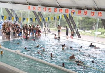 温水プールです。泳ぎすぎに注意!て書いてあります。