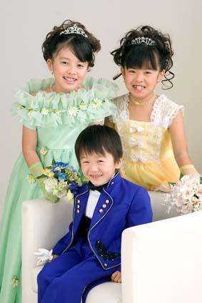 3人そろってカワイイ笑顔。とっても仲のいい姉弟ですね〜