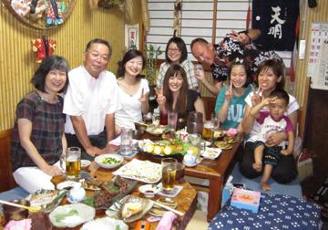 H先生ご夫妻を囲んで記念撮影です。
