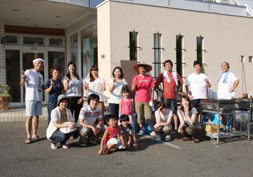 宮城から来てくれた幕田くんファミリーを囲んで当日のスタッフ全員で記念写真。片付けの途中です。